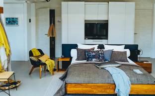 Dormitorio con un aire acondicionado instalado