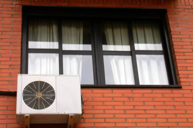 Máquina de aire acondicionado colocada en una fachada