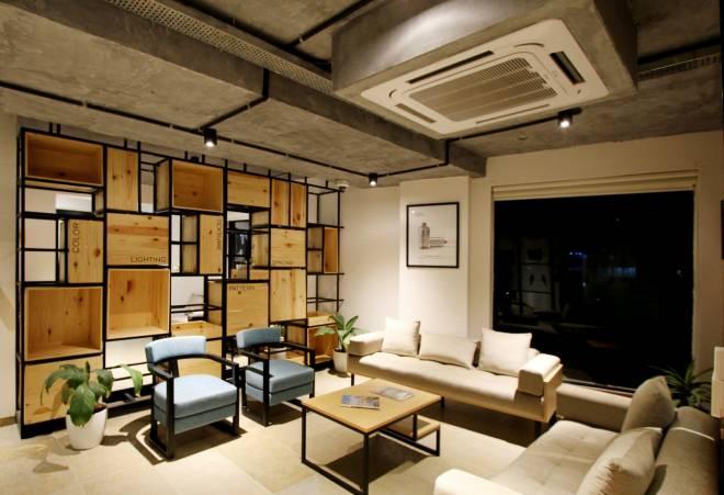 Salón con un aire acondicionado de techo